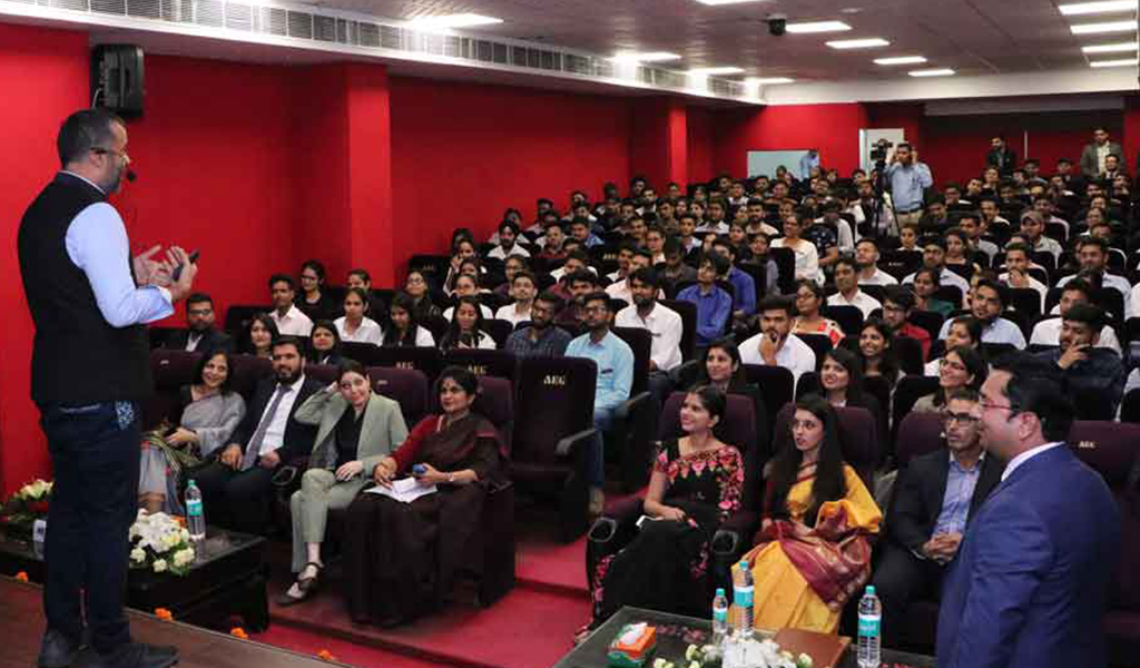 Chetan Bhagat enlivens ABS PGDM Orientation Program 2019 with a power-packed session on 'Create Your Own Brand'!